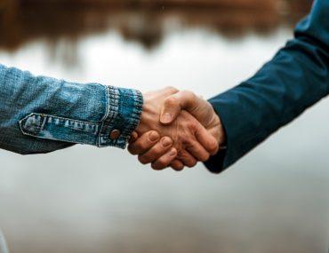 Shake Hands Mann und Frau